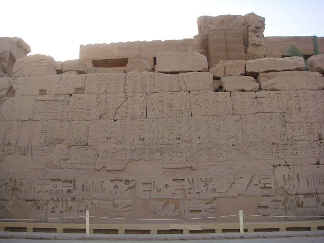 Karnak Tapınağı'nda duvar resimleri