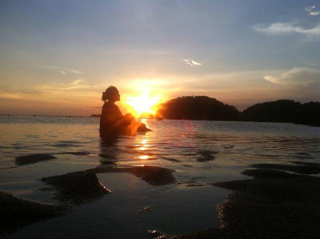 foto indahnya sunset di pantai balekambang
