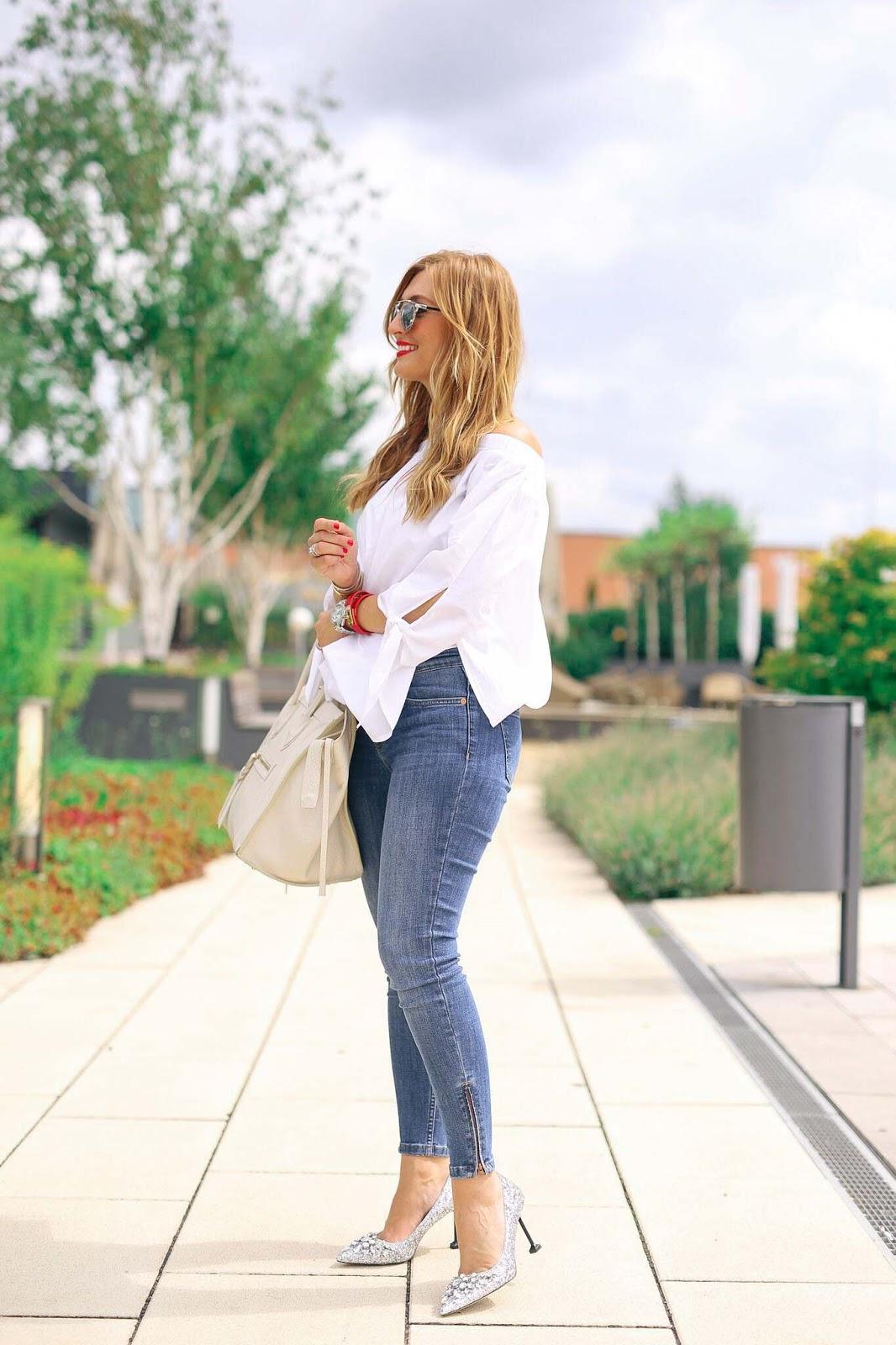 Fashionblogger-aus-deutschland-weiße-off-shoulderbluse-und-silberne-pumps-mit-glitzer