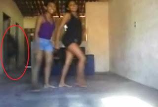 Vulto estranho de Fantasma (Demônio) - Aparece Atrás de Duas Garotas Quando Elas Dançavam Funk em Guadalajara