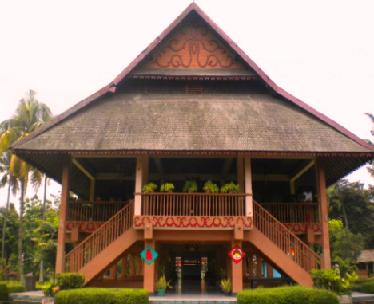 Rumah adat Sulawesi Utara ialah Rumah Pewaris. Rumah ini mempunyai ruang tamu, ruang keluarga dan kamar - kamar. Di kanan kiri rumah terdapat tangga tangga sebelah kanan untuk memasuki rumah sedangkan untuk keluar sebelah kiri.