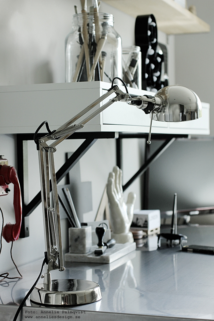 arbetsrum arbetsrummet, ateljé, skrivbord, cirkuslampa, cirkuslampor, cirkuslampan, lampa, lampor, skrivbordslampa, silver, svart och vitt, annelies design, webbutik, webshop, inredning, tavla, tavlor, poster, posters, plakat, pakater, hylla, ikea, pennställ, marmor, pennor, penslar, pensel, loppis, grått, grå, gråa, vitt, vit, vita, konsttryck,