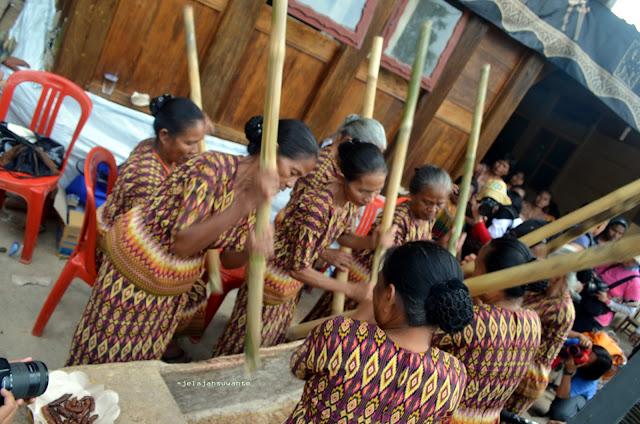 Para Wanita Toraja menabuh lesung sebagai tanda menyambut penerimaan tamu pada prosesi Upacara Rambu Solok Tana Toraja || jelajahsuwanto