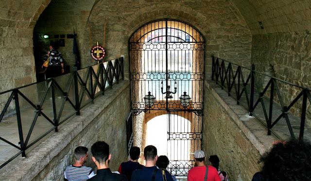 turisti, cancello, mare, castello interno