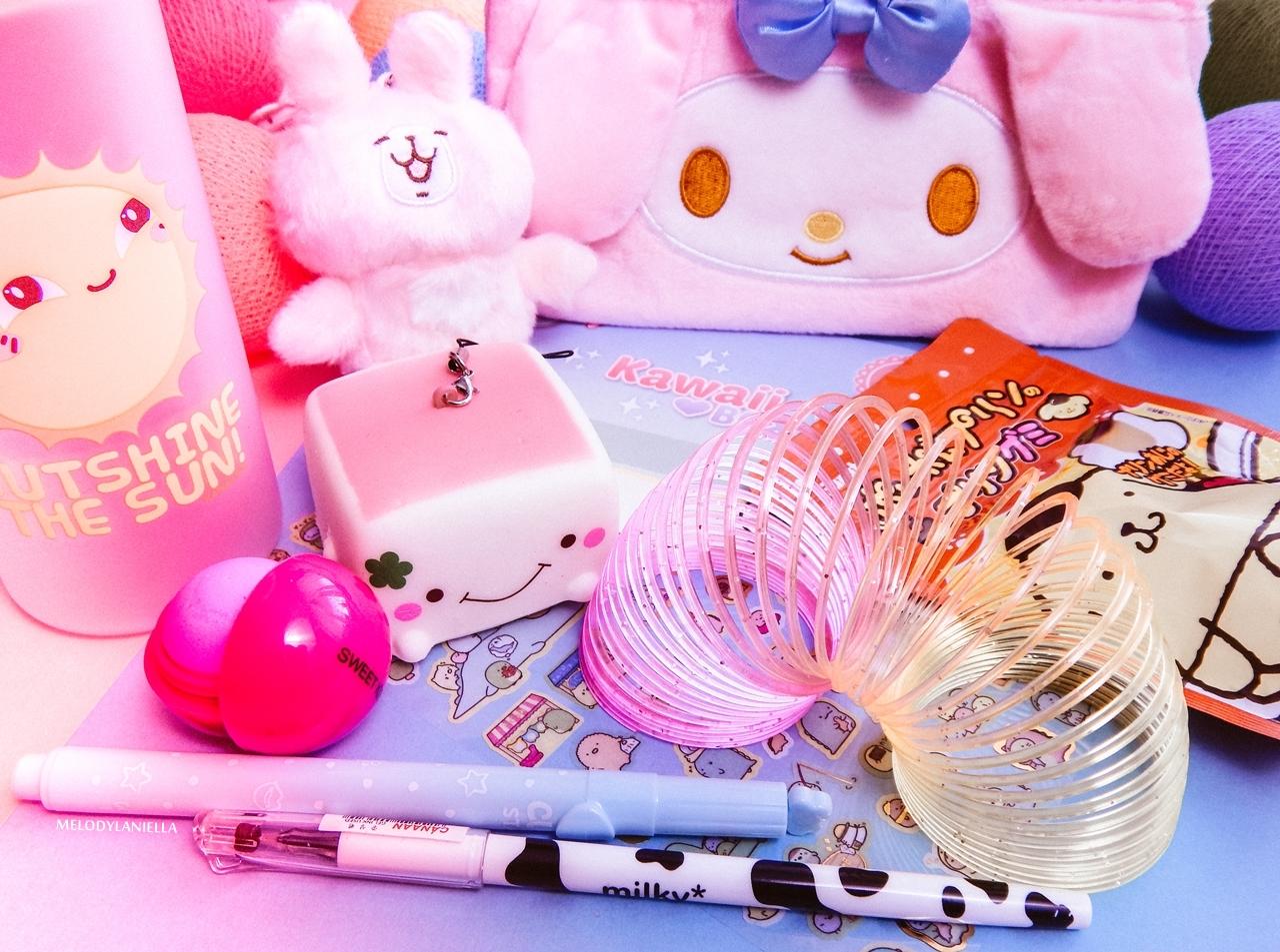 1 kawaii box august sierpień rewiev recenzja giveaway konkurs rozdanie gadżety z japonii kolorowe dodatki słodycze z japonii fajne długopisy, butelka na wodę my melody melodylaniella pudding tofu brelok