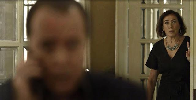 Valentina fica chocada com ligação de Laura para Olavo (Imagem: Reprodução/TV Globo)