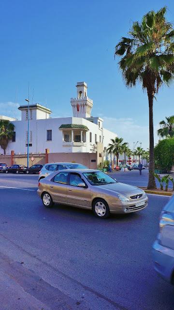 Изображение здания и автомобилей на бульваре  Альмоад в Касабланке