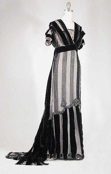 vestido de 1910 moda, cauda longa e corte reto