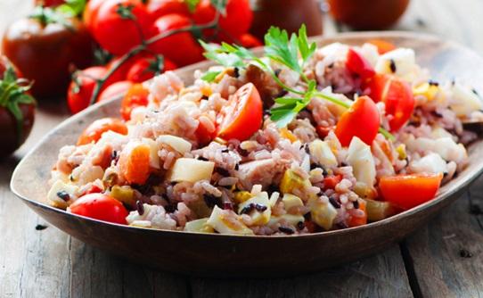 Arroz con atun y tomates