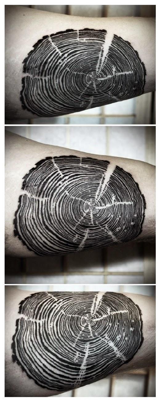 vemos el tatuaje en antebrazo de un hombre, el tatuaje es de los anillos de un arbol