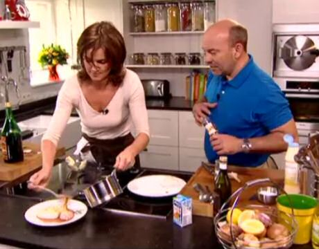 Pascale Naessens bakt kabeljauw met een looksaus naat Piet Huysentruyt in De Perfecte Keuken