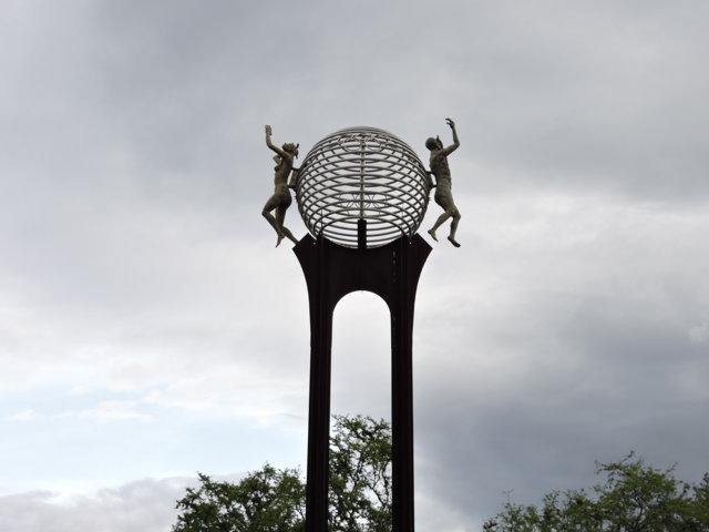 Estatuas de Mujer y Hombre