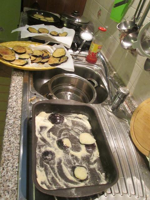 Foto da fritura e empanamento das berinjelas