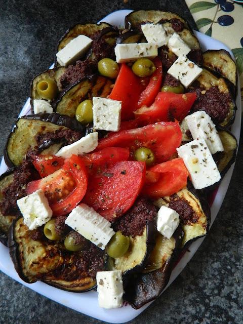 Salata de vinete la gratar cu branza feta si sos de masline