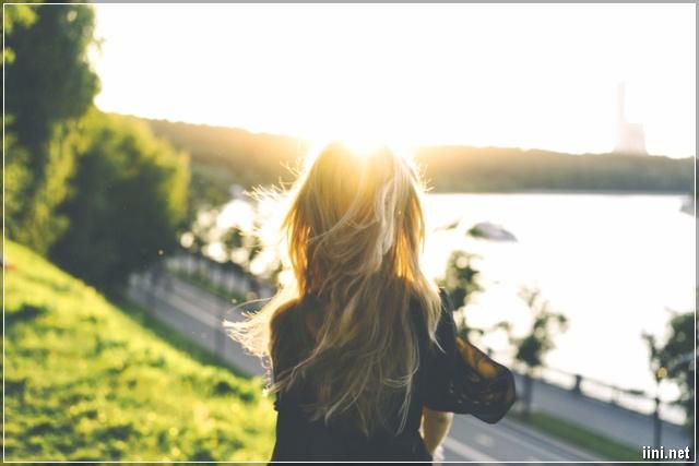 ảnh cô gái với mái tóc xõa bay trong nắng
