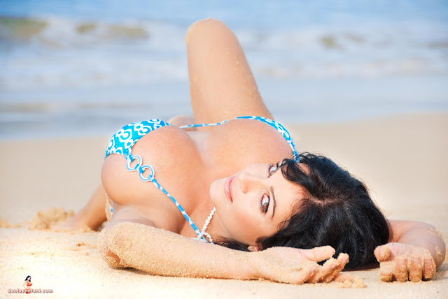 Denise-Milani-Big-Beach-hd-and-hq-photoshoot-image-30