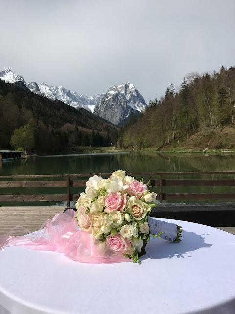 Rosen-Brautstrauß, Hochzeit in Pastell, zauberhaft heiraten mit zarten Farben, Riessersee Hotel Garmisch-Partenkirchen, Hochzeitslocation am See in den Bergen, Maihochzeit 2017