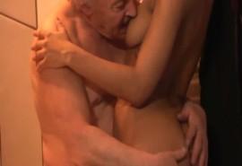 คุณปู่เฒ่าวัยเก๋าเอากับหลานสะใภ้สาวในห้องน้ำ คลิปpornเย็ดกับคนแก่อย่างเด็ด