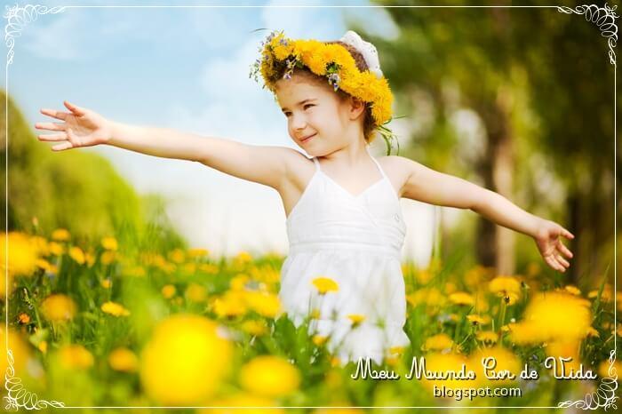 criança feliz no meio das flores