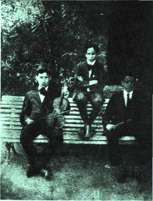 Juan D'Arienzo con Ángel D'Agostino y Ernesto Bianchi(Lechugita) en el Jardín Zoológico, cuando tocaban en el Teatro Guiñol, 1911.Formando una orquesta juvenil