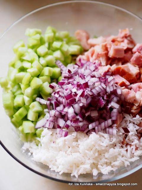 ryz, kurczak wedzony, swiezy ogorek, koperek, sos jogurtowy, domowe jedzenie, lunch, salata ryzowa, salatka z ryzu z miesem i ogorkiem