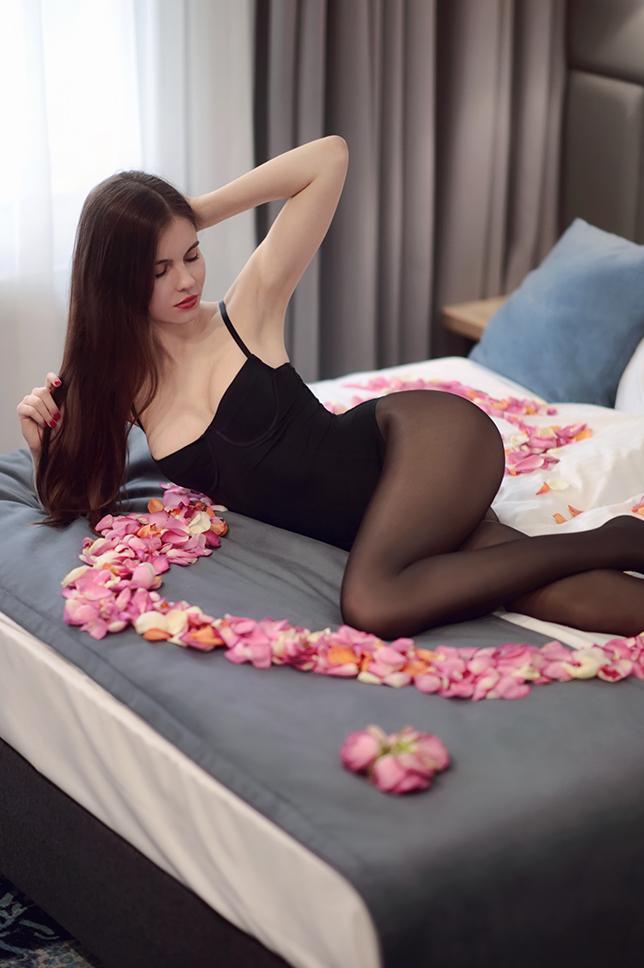 Walentynkowa sesja w Hotelu Włoskim: czarne body, błyszczące rajstopy i płatki róż