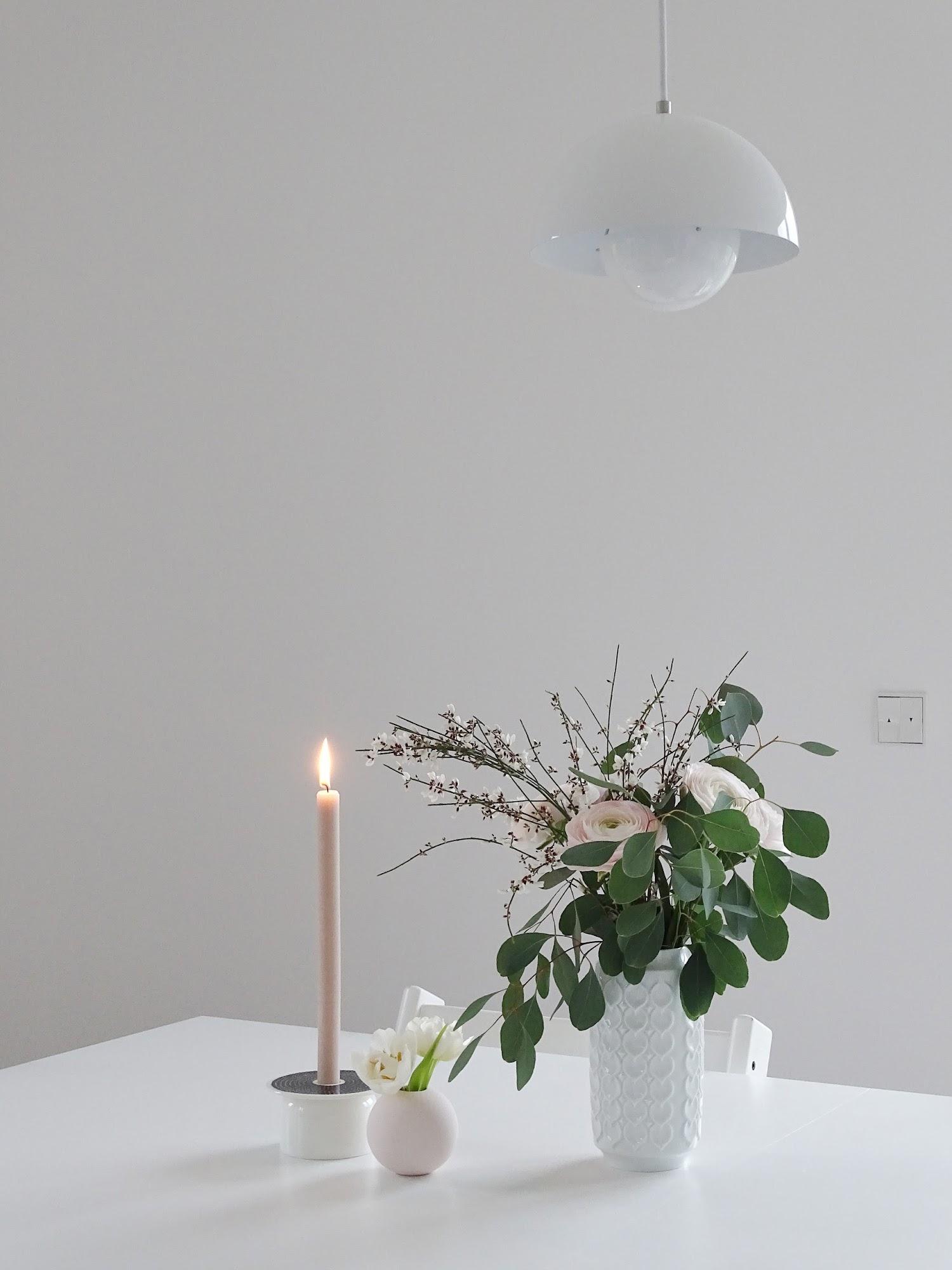 Blumenstyling-Idee mit Ranunkeln, Ginster und Eukalyptus | Fotoaktion #12von12 und 1 Tag in 12 Bildern | https://mammilade.blogspot.de