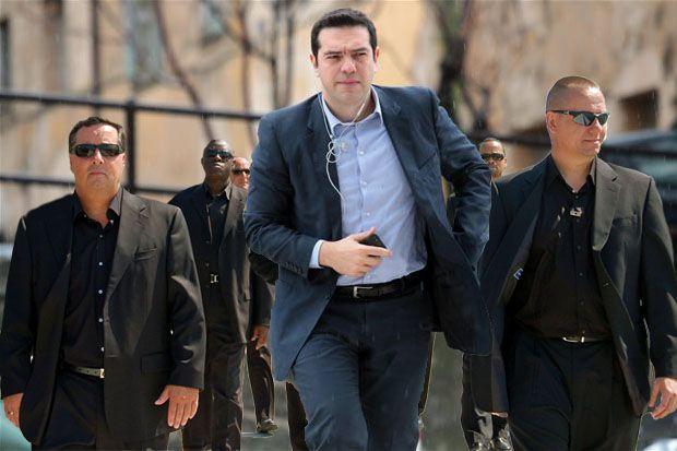ΓΕΛΑΝΕ και οι πέτρες – Που αλλού στον κόσμο; Αλβανός ντελιβεράς προσποιούνταν τον αστυνομικό της ασφάλειας του Τσίπρα και τον πήραν χαμπάρι όταν «πέταξε το πουλάκι