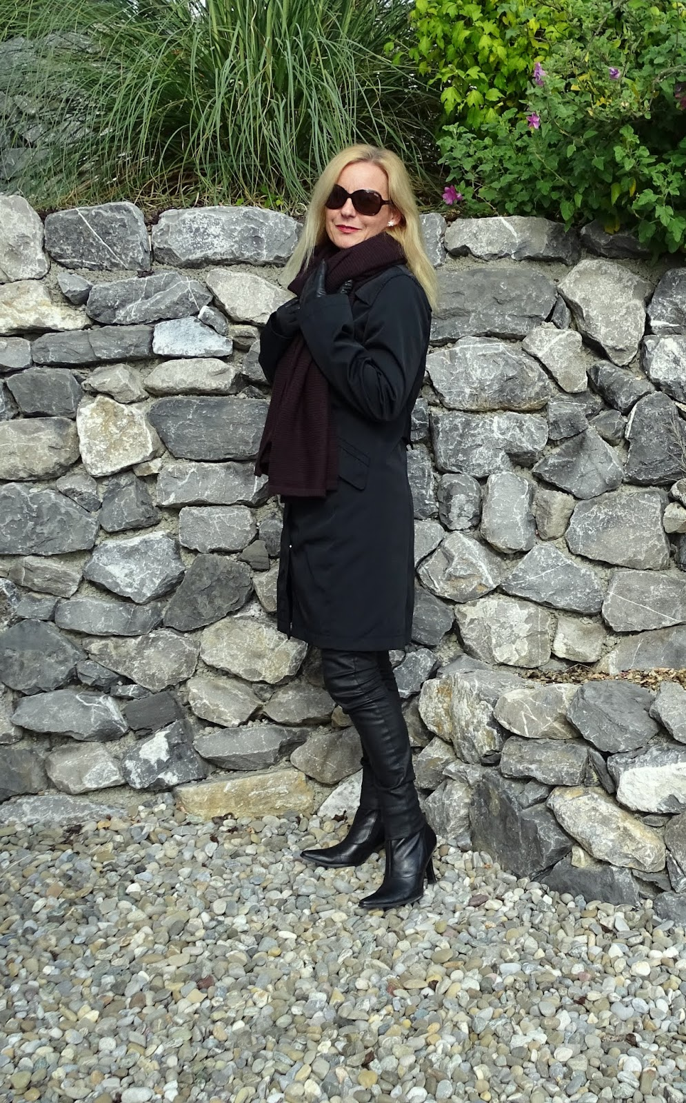 Schwarzer mantel ohne kragen