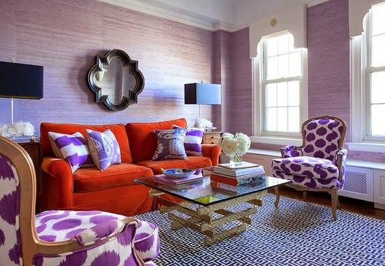 sala en violeta y naranja