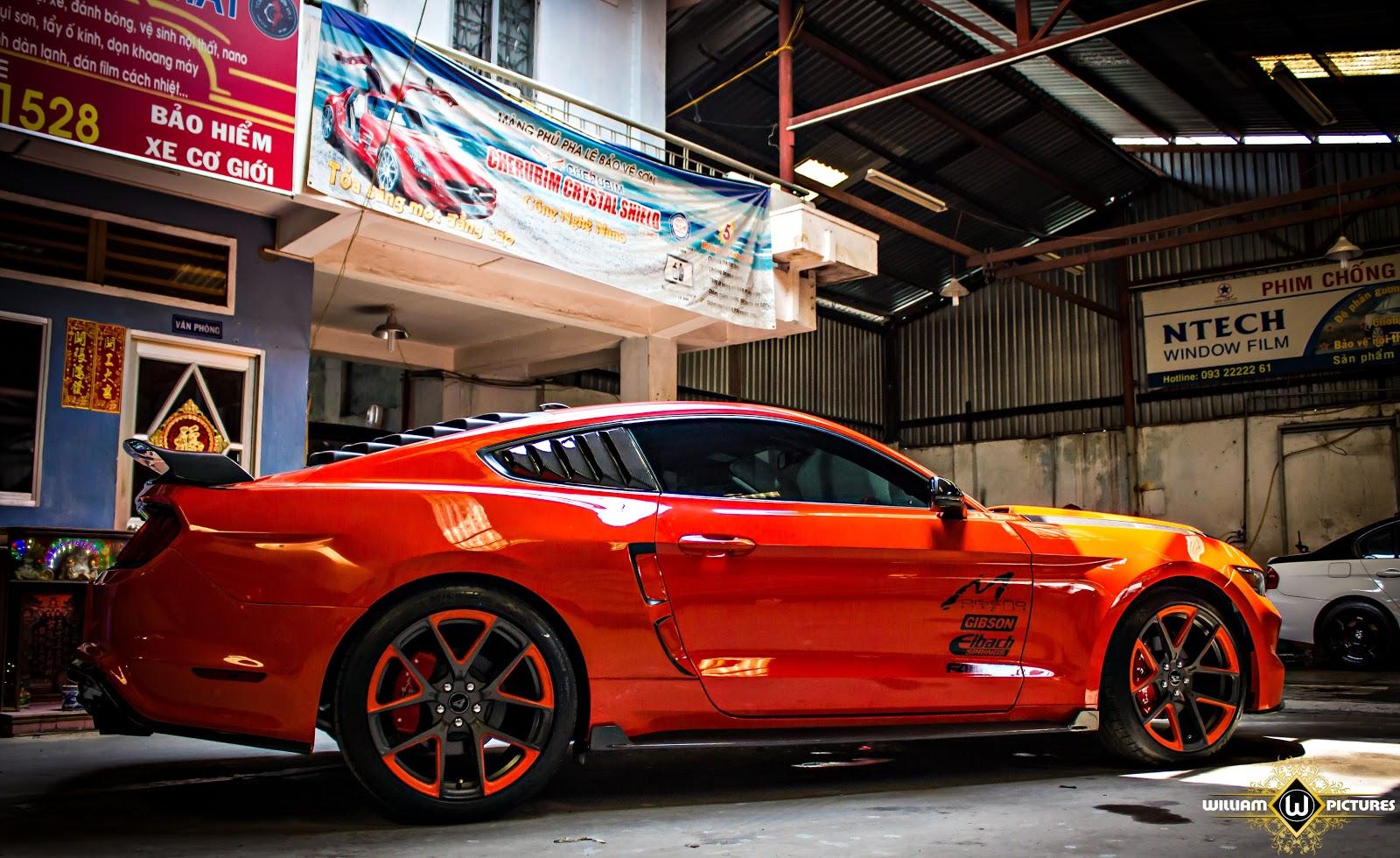 Chói chang Ford Mustang Rocket rực lửa tại Sài Gòn