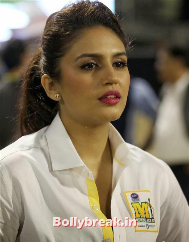 Huma Qureshi, Chitrangada Singh,Sana Khan, Genelia, Mandira , Huma at CCL4 Karnataka Bulldozers Vs Mumbai Heroes SF