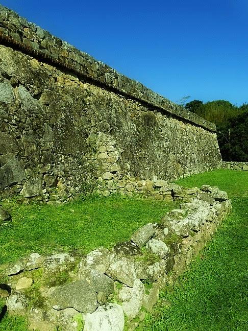 Ruínas da Casa da Parlamenta, na Fortaleza da Ponta Grossa, Florianópolis