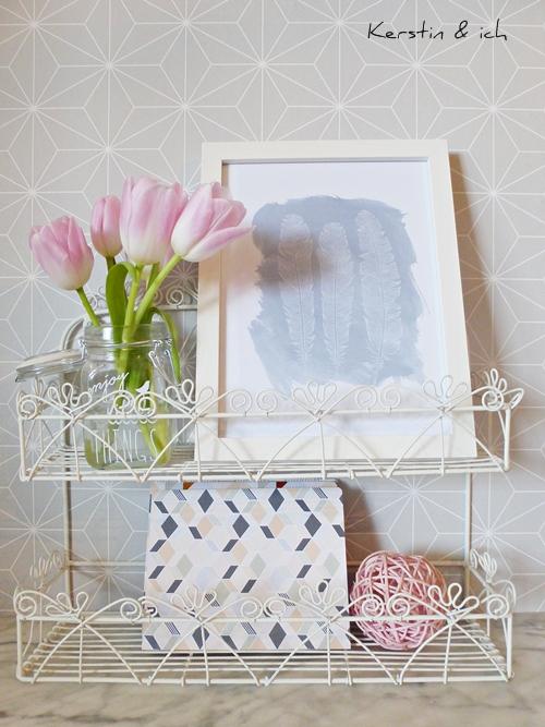 Dekoration Frühling mit rosa Tulpen und Print Federn