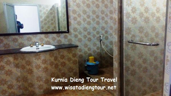 gambar kamar mandi di homestay dqiano dieng