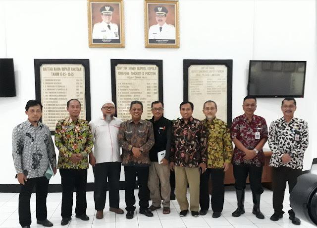 Ketua Badan Pengurus Lazismu Jatim, drh. H. Zainul Muslimin bersama rombongan bertemu dengan Bupati Pacitan, Drs H. Indartato, MM