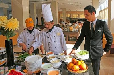Trưởng nhóm phục vụ (Maitre d'hotel hoặc Head Waiter)