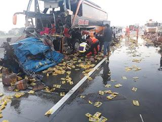Tabrakan Adu Banteng Bus Vs Truck Minyak Goreng ..Tumpah Dijalanan