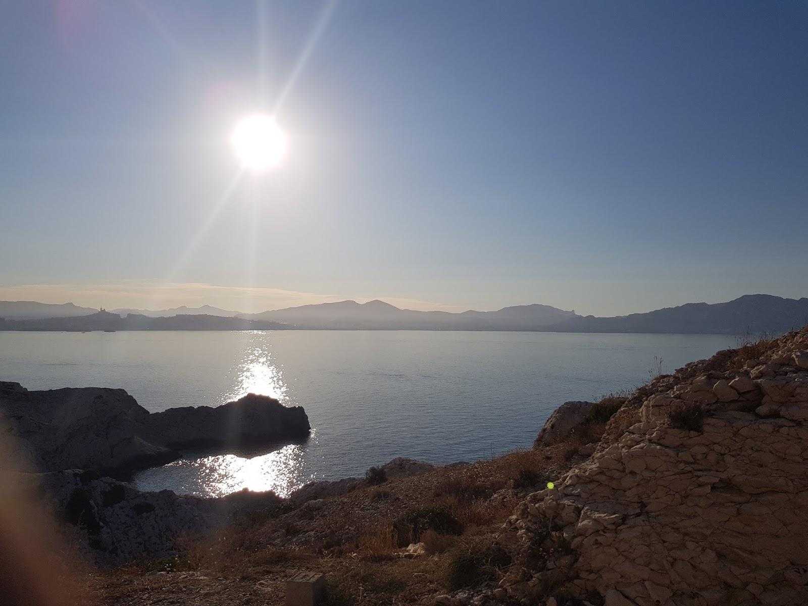 soleil dans le ciel sur les iles Frioul a Marseille