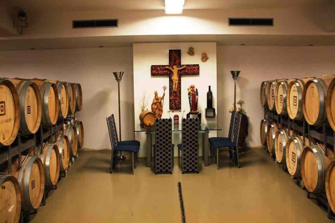 Im Weingut Gager reift der Rotwein um den Hausaltar © Copyright Monika Fuchs, TravelWorldOnline