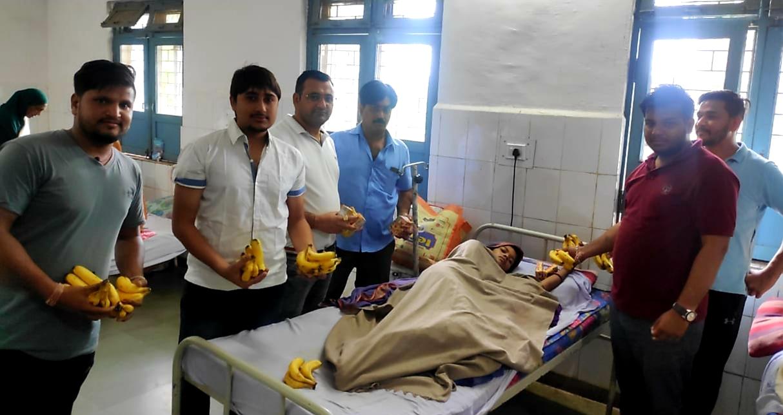 Jhabua News-  ठाकुर विजेन्द्र सिह राठोर कि पंचम पुण्यतिथि पर किए फल वितरित