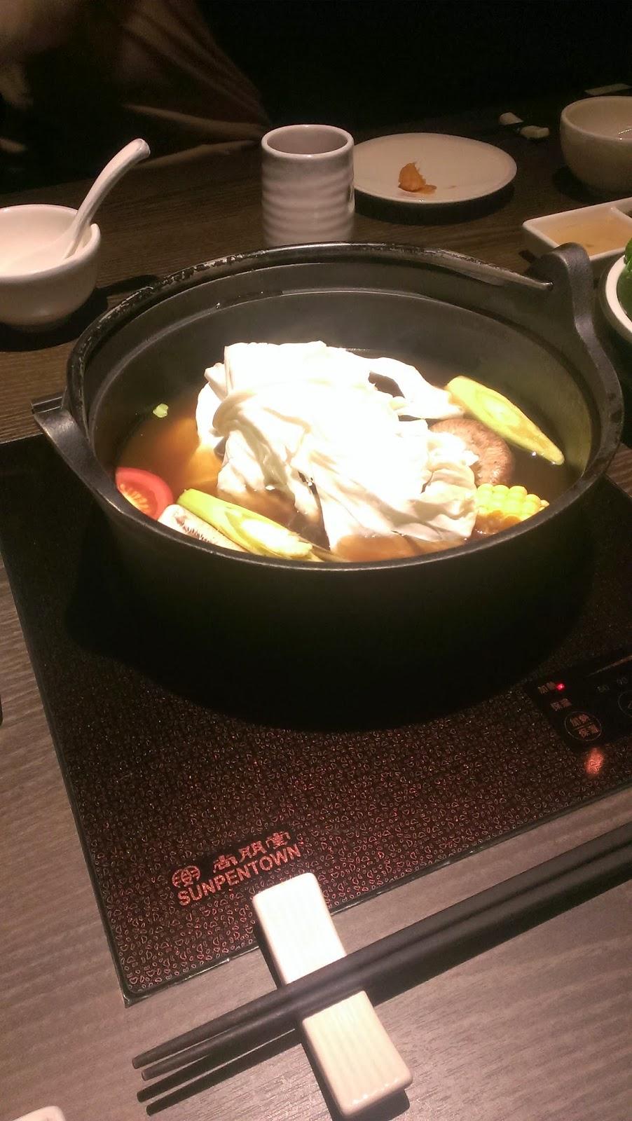 2014 11 08%2B18.34.54 - [食記] 香聚鍋 - 高價、精緻的火鍋,食材新鮮多樣適合好久不見的小聚