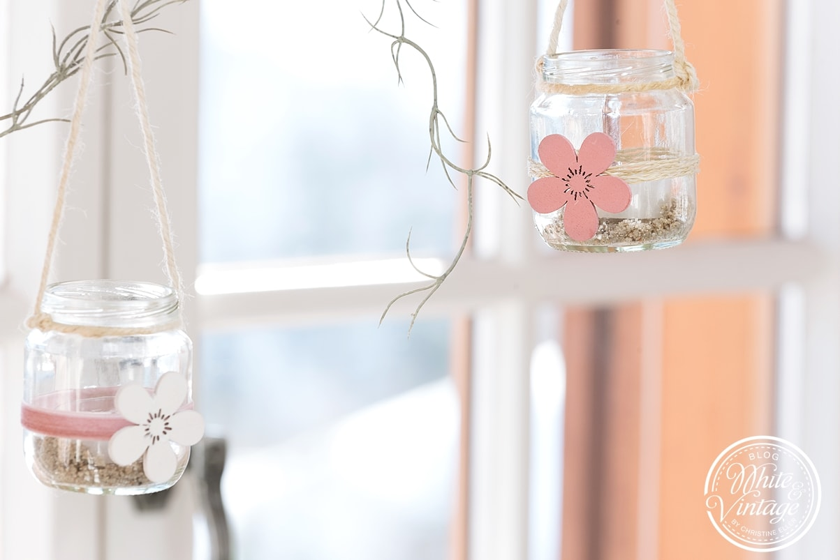 Frühlingshafte Fensterdeko aus Altglas selber machen.