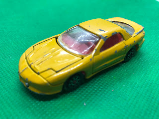 ポンティアック ファイヤーバード のおんぼろミニカーを斜め前から撮影