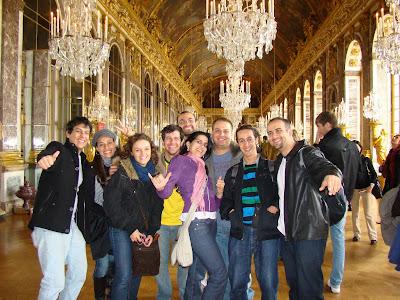 Um dos grandes e ricos salões do palácio de Versalhes - Paris - França