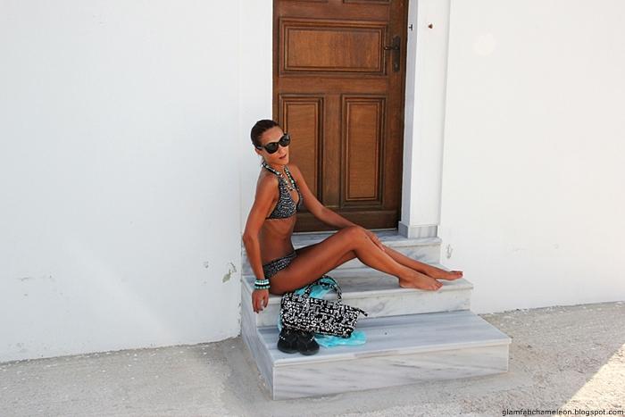 crno beli bikini kupaci kostim sa tirkizno plavim detaljima za plazu