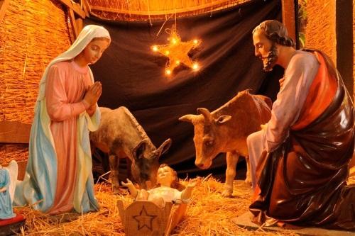 Presépio bem humilde, o menino Jesus na manjedoura, os animais, maria e José adorando o Salvador.