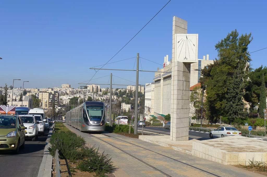 שעון שמש במעבר מנדלבאום ירושלים