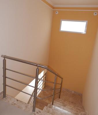 O corpo da escada possui duas fontes naturais de luz solar - uma localizada atrás do ponto de vista do observador. O piso dos degraus tem acabamento em mármore travertino, finalizado pela Marmoraria Pietra Dhara.