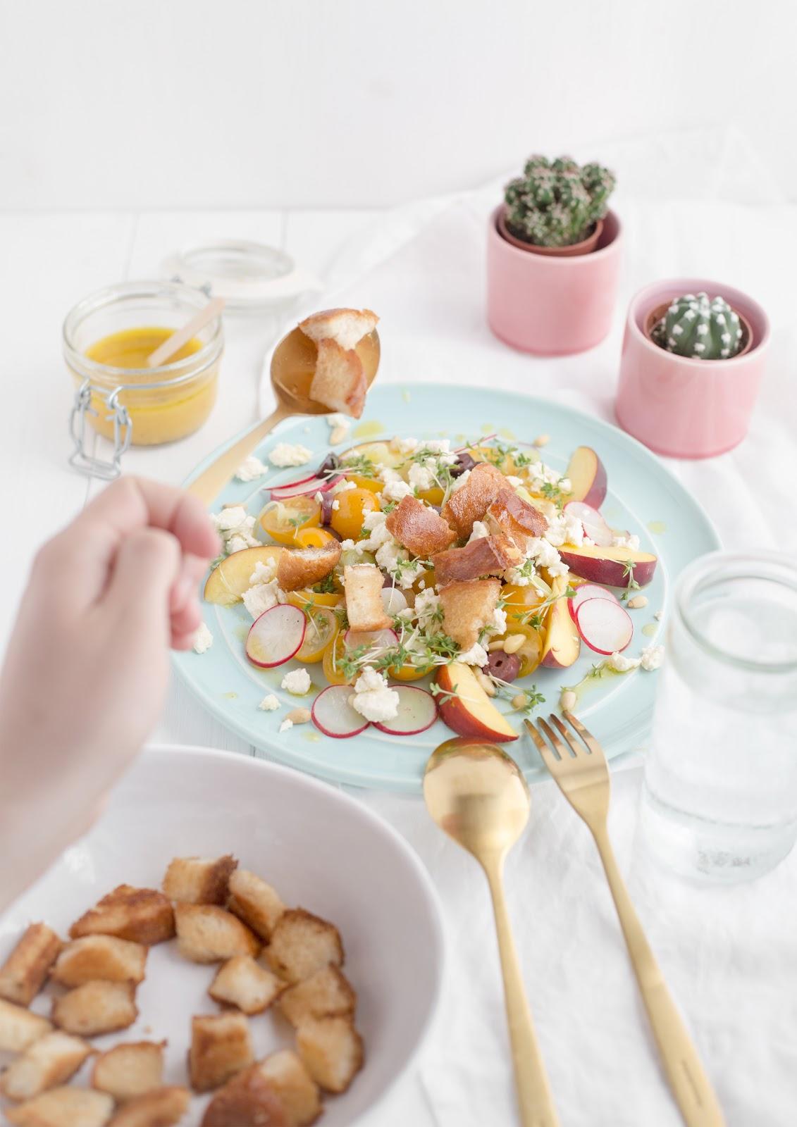 Brotsalat mit gelben Tomaten und Pfirsichen